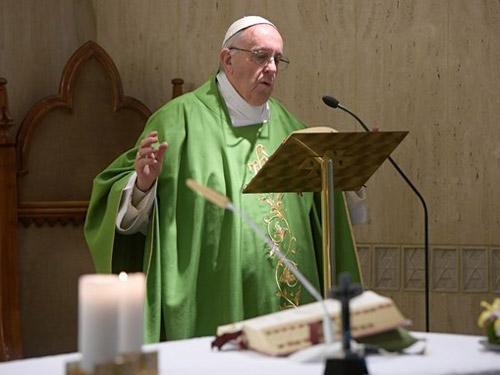 Papa: aproximar-se de quem sofre para restituir dignidade