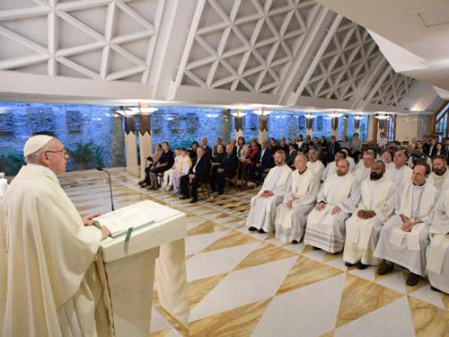 Santa Marta: cinco minutos para rezar pelos lideres
