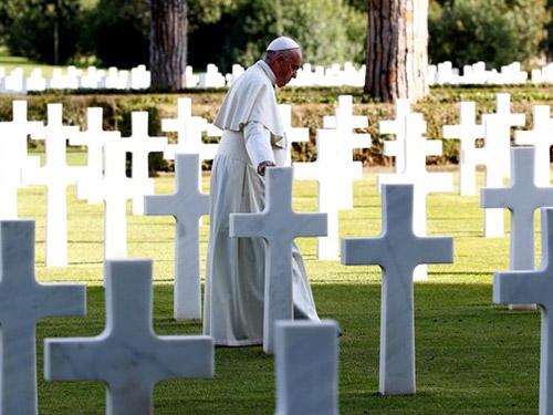 Papa reza pelos mortos em guerra: Que o Senhor nos dê a graça de chorar