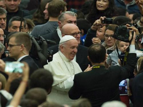 Papa: fazer teologia de joelhos e com o santo povo de Deus